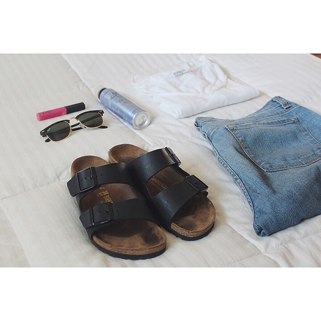 Today on #lamodedujour - casual Monday ?? #birkenstocks #boyfriendjeans #NARS